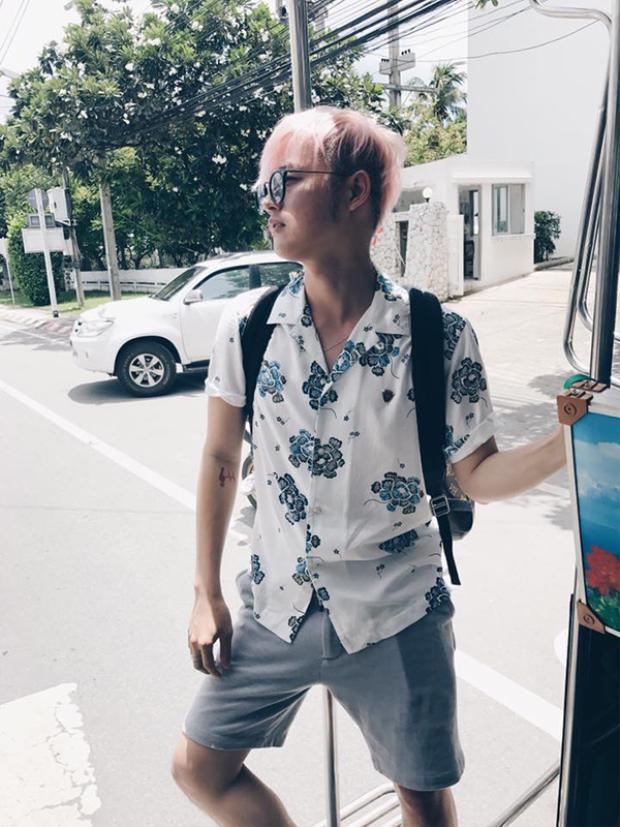 Mới đây, Thanh Duy đang có chuyến du lịch Thái cùng nhóm bạn thân. Nam ca sĩ nổi bật trên đường phố với mái tóc màu hồng.