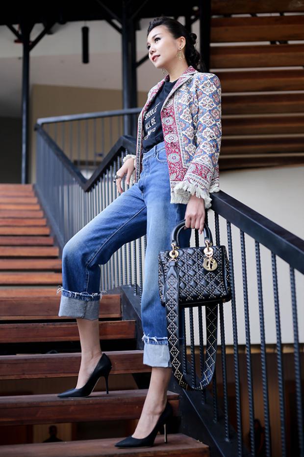 """Người đẹp khéo léo trong việc kết hợp phụ kiện hợp""""rơ"""" với trang phục, mắt kính đen, túi xách, giày cao gót đều là những món đồ thời thượng thuộc thương hiệu Christian Dior."""