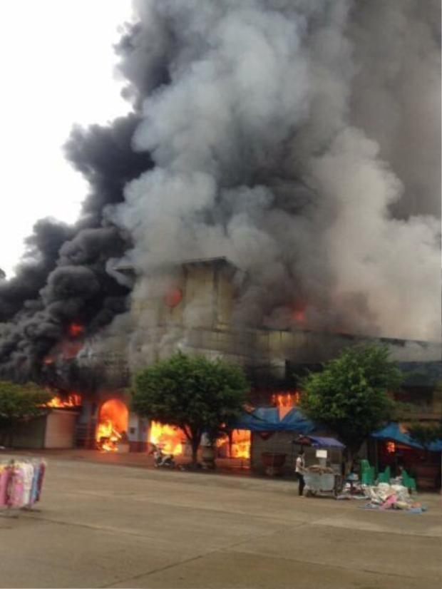 Chợ Tân Thanh - Sài Gòn ở Lạng Sơn bốc cháy ngùn ngụt sáng 10/7.