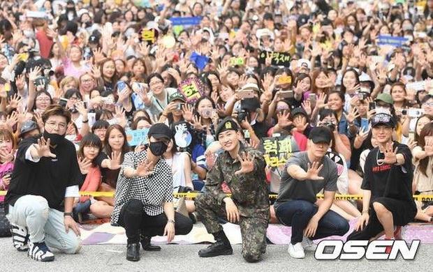 Eunhyuk vui mừng xuất ngũ trong vòng tay của các thành viên Super Junior