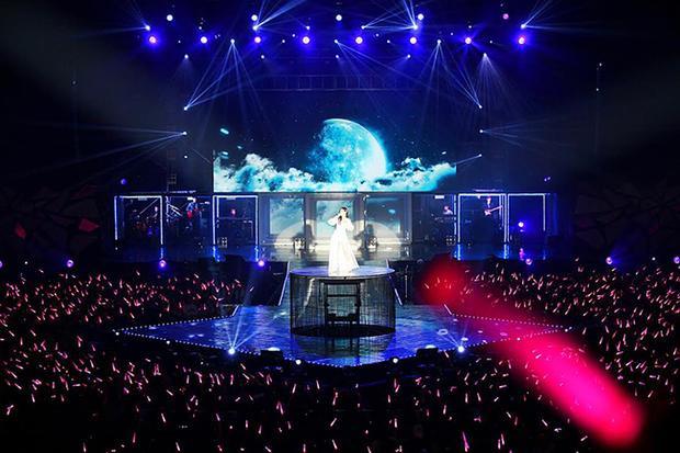 Sân khấu lộng lẫy và tinh tế đủ để Taeyeon luôn là tâm điểm dù đứng ở vị trí nào.