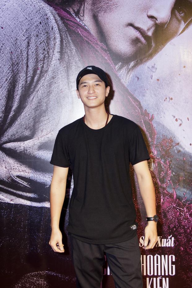 Nam diễn viên Huỳnh Anh vui vẻ đến xem Wukong.