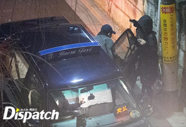 Cặp đôi Song - Song xuất hiện vui vẻ dưới ánh đèn đường trước một nhà hàng.