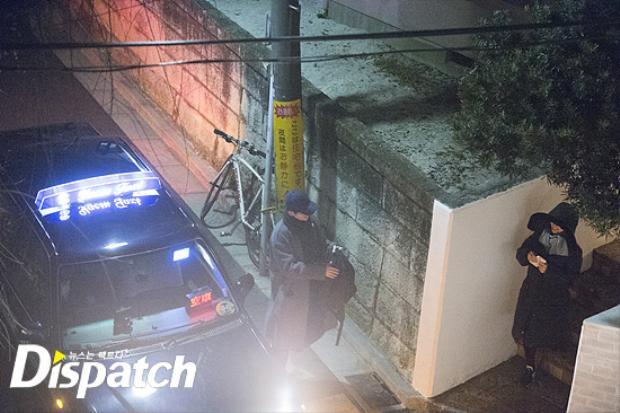 Song Joong Ki đã cầu hôn và tặng hoa cho Song Hye Kyo.