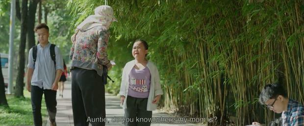 Ai mà không xót khi cô bé lang thang khắp nơi để tìm lại mẹ từ sáng…
