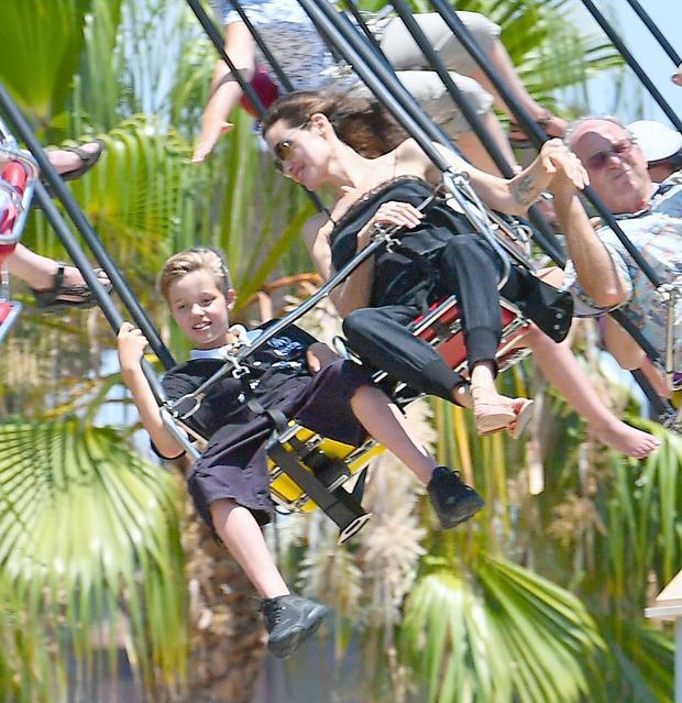 Mừng sinh nhật cặp sinh đôi Knox  Vivienne 9 tuổi, Angelina Jolie cùng các con quậy tung khu vui chơi
