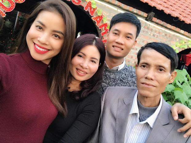 Phạm Hương hạnh phúc trong vòng tay gia đình.