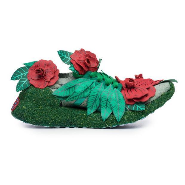 Một không gian nhỏ sau nhà với mảnh vườn trồng hoa được thể hiện cực tài tình trên đôi giày như thế này đây!