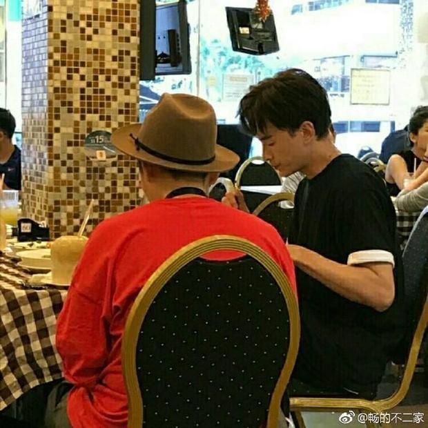 Anh có mặt tại Việt Nam và có dịp thưởng thức thức ăn tại đây.