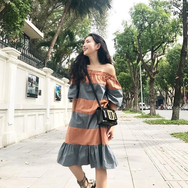 Luôn biến hóa đa dạng với mọi phong cách, Châu Bùi gây ấn tượng cho người đối diện bởi đôi môi dày, gu ăn mặc chất lừ. Vẫn là chiếc đầm trễ vai sọc ngang khá to và túi hiệu nhưng đôi sandal chiến binh cùng tông màu với trang phục lại giúp cho cô nàng sinh năm 1997 ăn điểm.