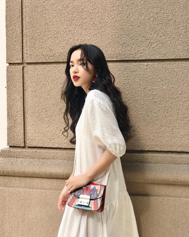 Không ngoa khi cho rằng dù có diện đầm trắng tinh khôi thì Châu Bùi vẫn rực rỡ và nổi bật theo cách riêng với kiểu tóc dài lượn sóng và môi đỏ quyến rũ.