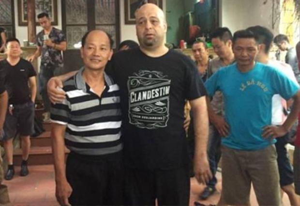 Flores chụp ảnh sau buổi giao lưu võ thuật với võ sư Trần Lê Hoài Linh.