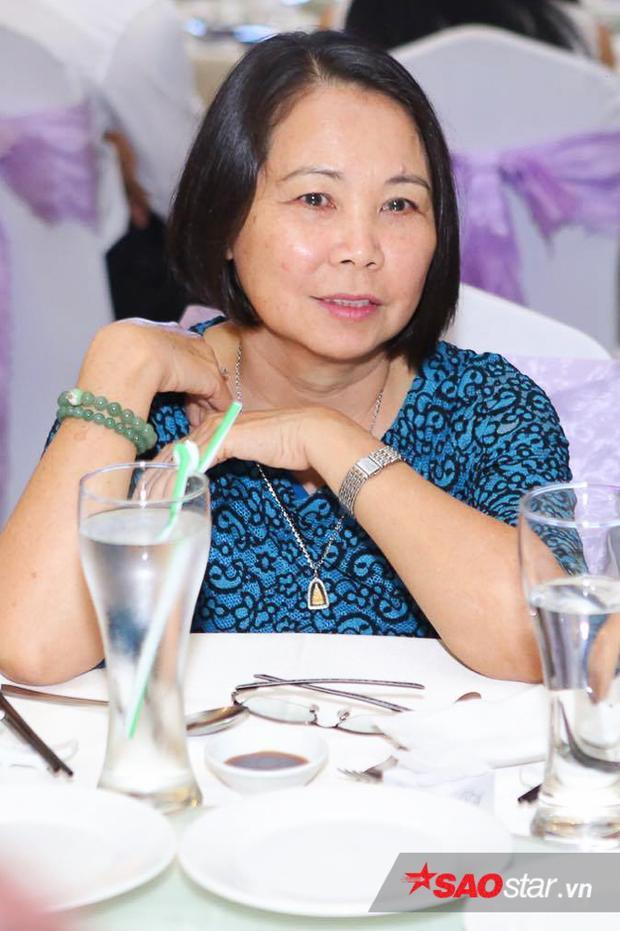 Mẹ của Khởi My đi thay cô đến chúc mừng Huy Nam.