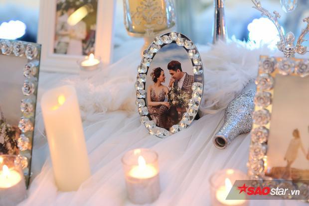 Hình ảnh hạnh phúc của Huy Nam bên bà xã xinh đẹp được trang trí khắp sảnh tiệc.