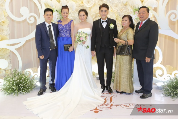 Huy Nam cùng bà xã chụp ảnh lưu niệm với gia đình hai bên.