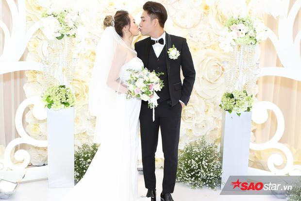 Huy Nam hạnh phúc hôn môi cô dâu trong sự hò reo của mọi người.
