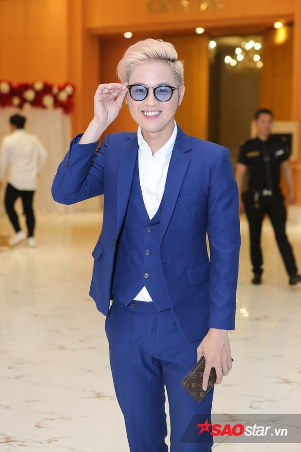 Thanh Duy nổi bật với bộ vest xanh lịch lãm.