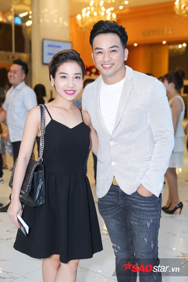 Ca sĩ Minh Tuấn - cựu quản lý nhóm La Thăng cũng có mặt trong ngày trọng đại của người em thân thiết. Anh chụp ảnh cùng nữ ca sĩ Hằng BingBoong.