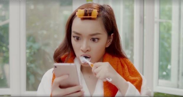 """Một buổi sáng khi ngủ dậy, vừa đánh răng vừa lướt Facebook thì Kaity Nguyễn phát hiện một tấm hình """"động trời""""."""