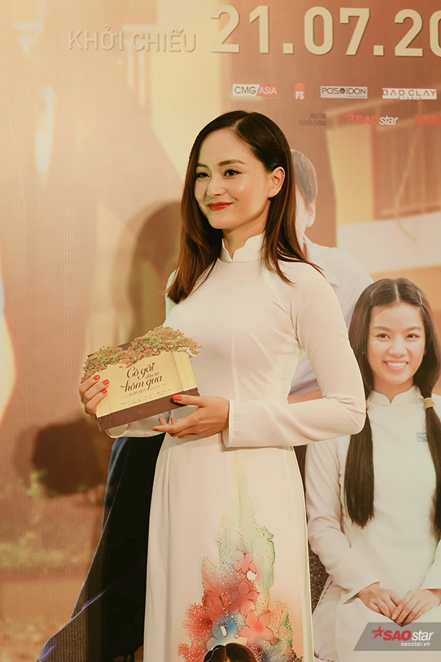 Vắng mặt trong buổi họp báo tại TP.HCM vì việc riêng, diễn viên Lan Phương đã đáp chuyến bay sớm để ra Hà Nội quảng bá cùng ekip.
