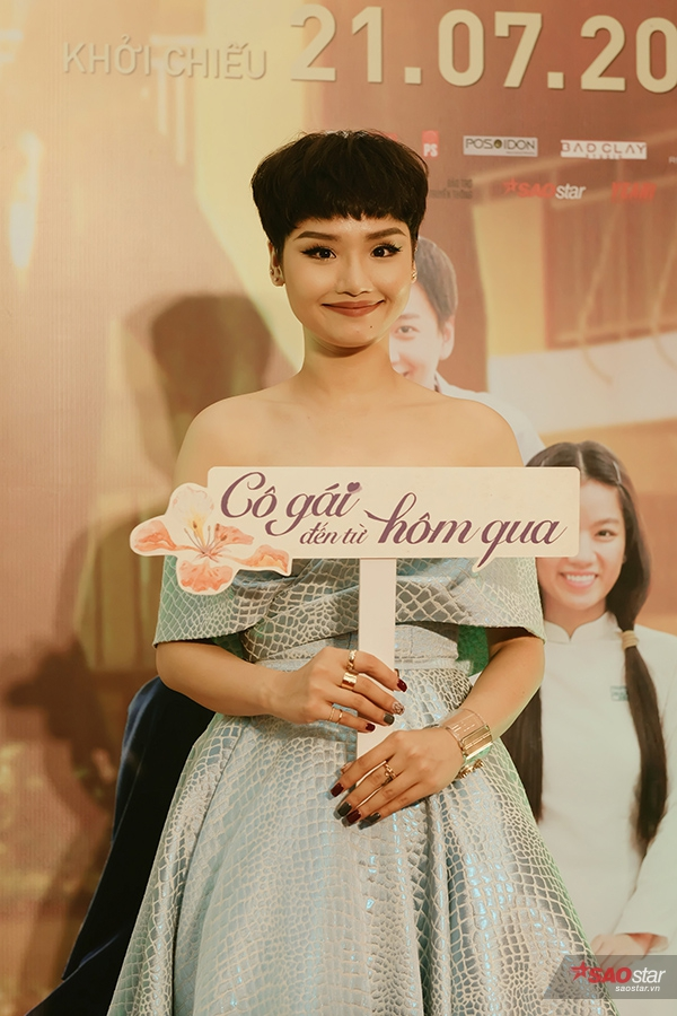 Khác với hình ảnh dịu dàng có phần bí ẩn trong phim, Miu Lê ở ngoài đời luôn vui vẻ.