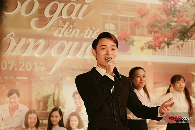 Ca sĩ Trúc Nhân thể hiện ca khúc nhạc phim ngay trong buổi ra mắt.