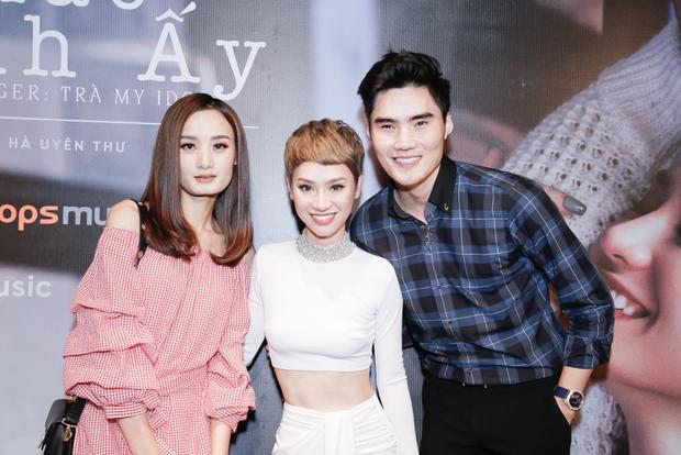 Lê Thuý và Quang Hùng đến chia vui cùng Trà My.