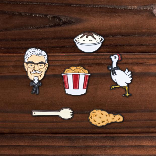 Những chiếc pins cài áo mang biểu tượng đặc trưng của KFC với giá 18$ ( 396.000đ) cho set gồm 6 chiếc đáng yêu như thế này.