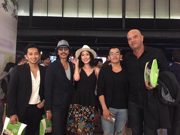 Đạo diễn Danny Đỗ (thứ hai từ bên phải sang) cùng Kathy Uyên và những người bạn trong buổi ra mắt phim Cô gái đến từ hôm qua.