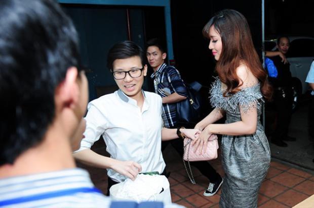 Không ít lần bắt gặp Tiên Cookie hộ tống Bích Phương đi diễn.