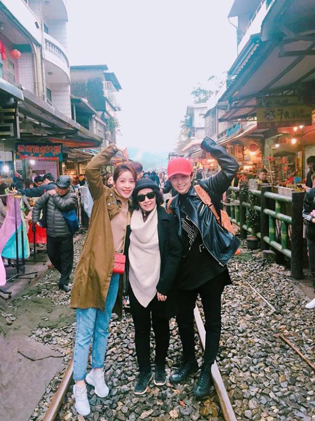 Gil Lê còn đi du lịch cùng hai mẹ con Chi Pu.