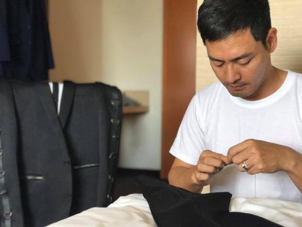 Trong chuyến công tác tại Đức tham dự Đêm hội chân dài vừa qua, MC Phan Anh phải tự khâu quần cho mình vì bị quá dài so với chiều cao.