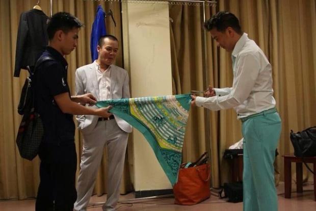 Đàm Vĩnh Hưng còn từng tự cắt khăn để mix trang phục diễn cho mình.