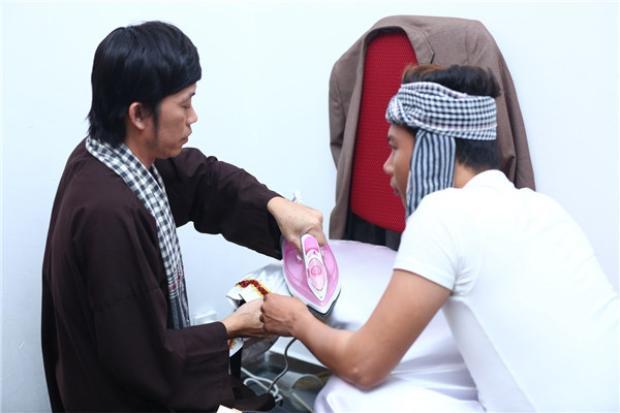 Không chỉ khâu vá mà Hoài Linh còn nhiều lần ủi đồ giúp đàn em.