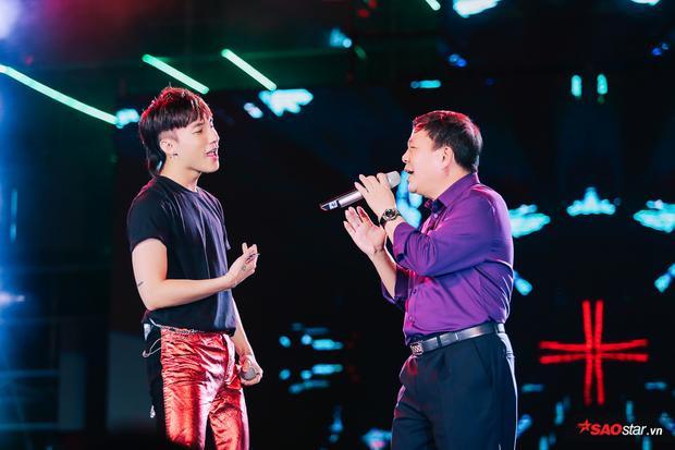 Được biết, Sơn Tùng muốn gửi món quà tặng đặc biệt cho fan nên đã mời ông Dũng lên hát cùng mình.