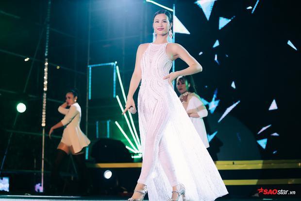 Cô nàng vẫn tươi rói khi bước lên sân khấu đại nhạc hội đêm qua.