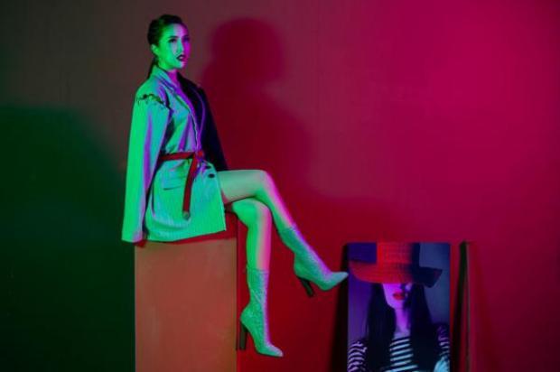 Bảo Thy chọn trang phục bất đối xứng với style menswear.