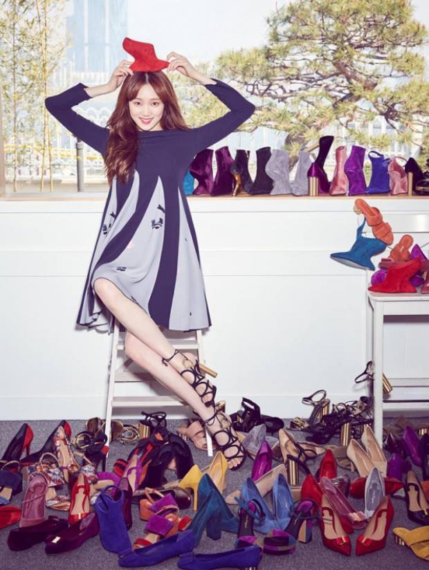 Bối cảnh trong một căn phòng đầy ắp giày, nữ diễn viên rạng ngời biến hóa linh hoạt với từng sản phẩm.