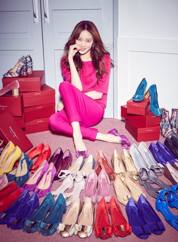 Nữ diễn viên xinh đẹp nổi bật giữa hằng hà sa số các đôi giày nằm trong BST Pre Fall 17 của Salvatore Ferragamo.