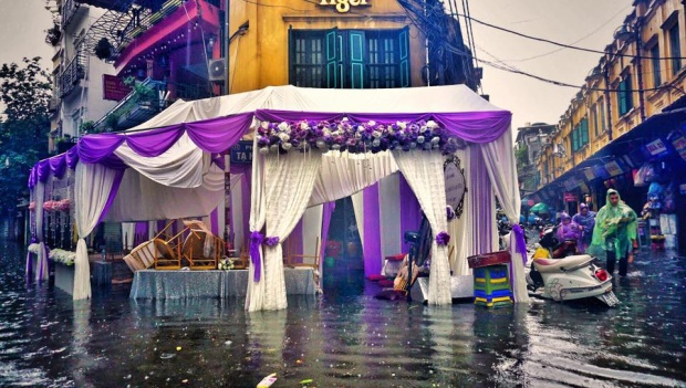 Rạp cưới ngay giữa ngã tư Tạ Hiện bị ngập nước. Ảnh: Giang Huy