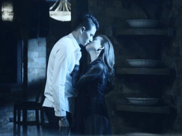 Trao nhau nụ hôn ngọt ngào trong MV của Hoàng Thùy Linh.