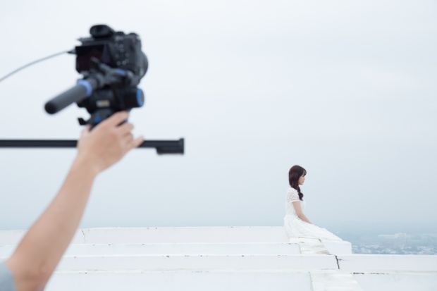 Jang Mi chia sẻ điều khó khăn nhất trong lần quay MV này đó là việc phải ngồi vắt vẻo trên bờ thành lan can ở tầng thượng của 1 tòa chung cư 26 tầng, bên dưới hoàn toàn là khoảng không và không hề có che chắn.