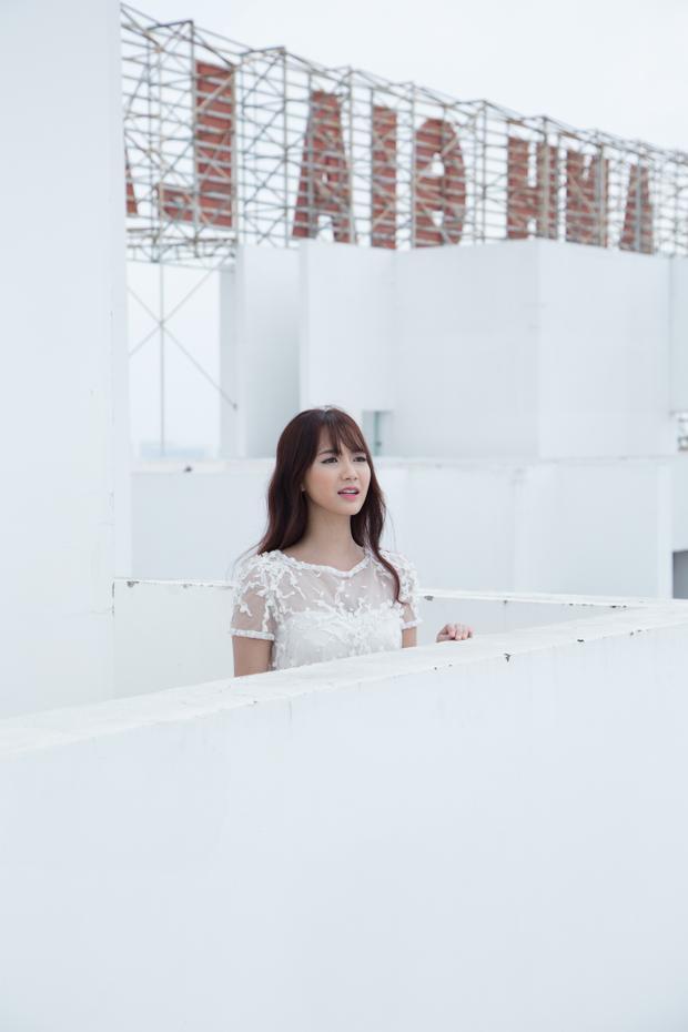 Jang Mi liều mình ngồi trên lan can sân thượng tầng 26 để thực hiện MV