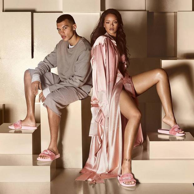 Hình ảnh Rihanna chụp lookbook cùng đôi dép lông Puma gây sốt một thời.