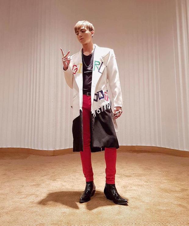 Trench coat có độ dài vừa phải, đủ che đi khuyết điểm đôi chân có phần hơi nhỏ của Soobin.