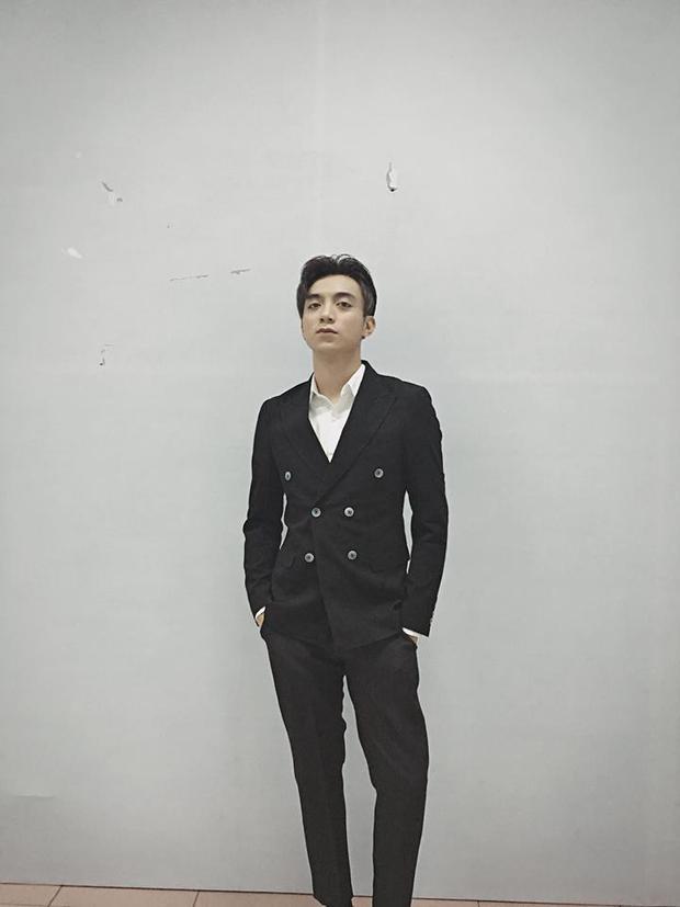 Suit bảnh bao với tóc hai mái lãng tử.