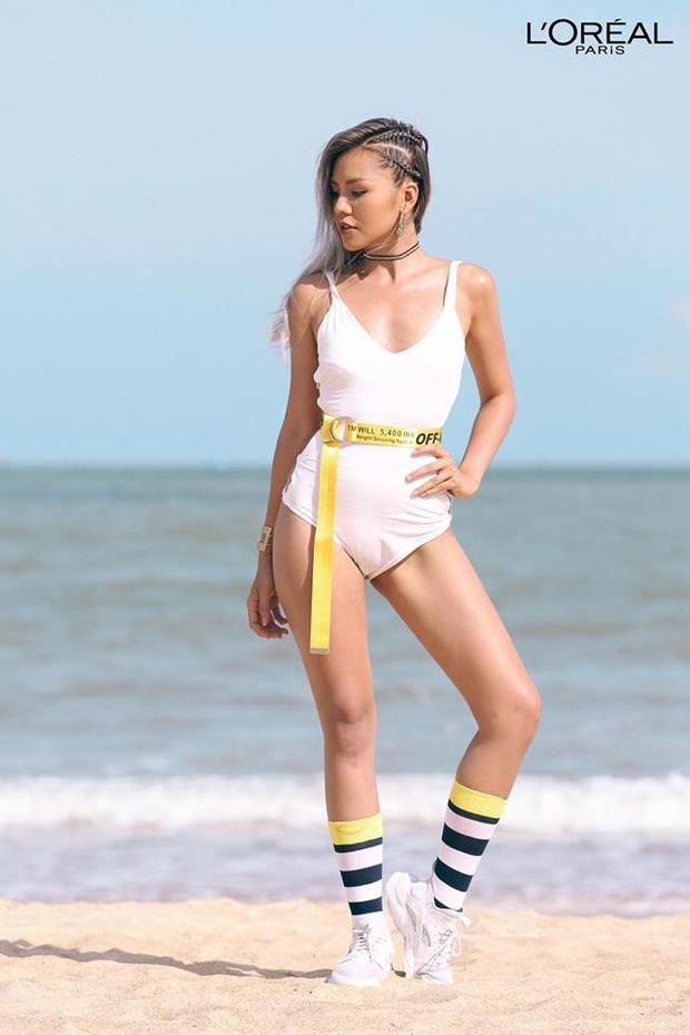 Hình thể săn chắc, khỏe mạnh đã giúp Quỳnh Như chiến thắng trong thử thách chụp hình ngoài bờ biển. Tuy nhiên, ngay trong tấm hình này cũng đã không khó để nhận ra khuyết điểm của cô nàng: vòng eo bánh mì. Stylist đã tinh ý che đi bằng chiếc thắt lưng bản dài ngay vòng 2.