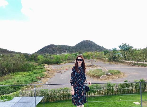 Giữa một thảm xanh background tươi mát, người đẹp Bạc Liêu càng làm lấn át cảnh đẹp bằng mẫu đầm hoa đến từ thương hiệu bình dân Zara.