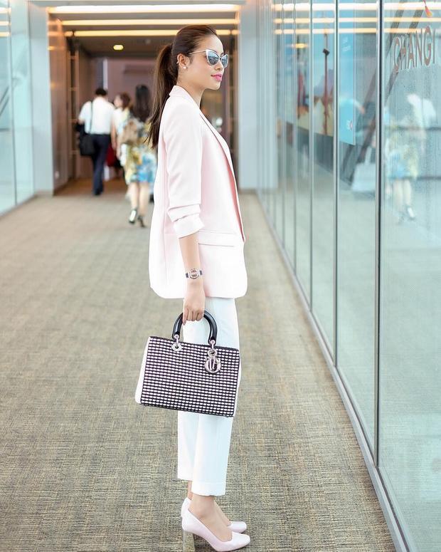 """Một set đồ đơn giản nhờ có túi hiệu Dior mà trở nên """"sang chảnh"""" hơn rất nhiều. Đặc biệt, sự phối màu ăn ý giữa các tông hồng tạo nên một tổng thể ngọt ngào."""