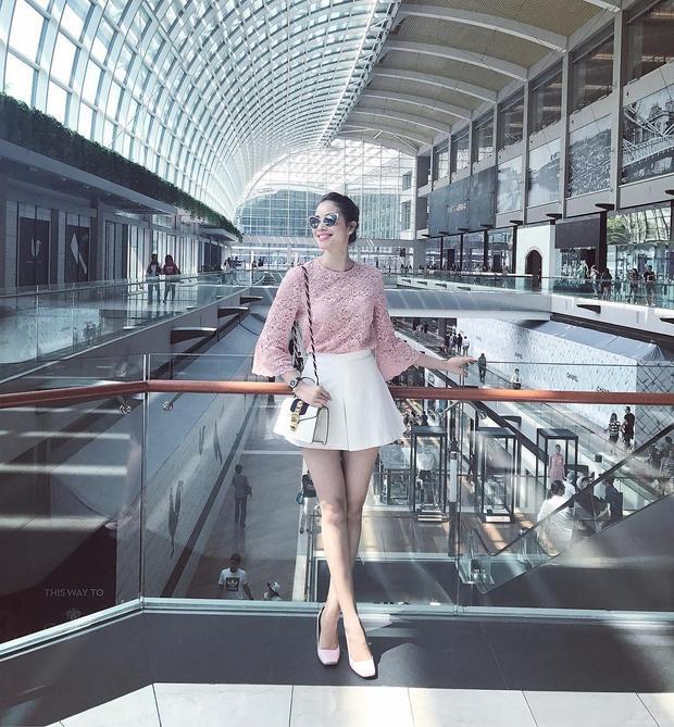 Chân váy xòe ngắn giúp nàng bông hậu 9X khoe đôi chân thon dài đáng mơ ước. Phạm Hương cũng không thể bỏ qua mẫu túi hiệu Gucci Sylvie Leather mini đình đám.